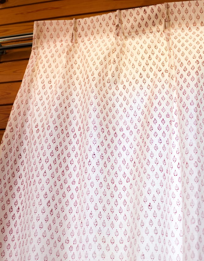 〔100cm×176cm〕インドの木版染め 手作りウッドブロックプリントのホワイトカーテン - 赤系 葉柄 3 - アジアンなお部屋から、洋風なテイストにもオススメです。一般的に販売されているカーテンフックで取り付けられるようになっています。