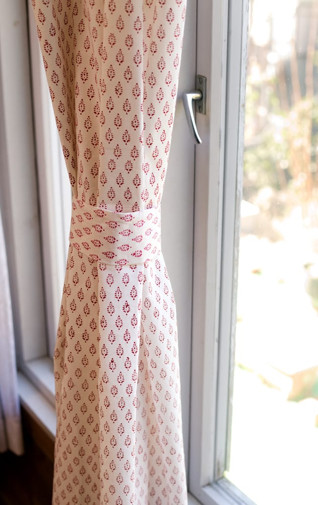 〔100cm×176cm〕インドの木版染め 手作りウッドブロックプリントのホワイトカーテン - 赤系 葉柄 7 - カーテンタッセルが付属いたしますので、このように綺麗にまとめておけます。