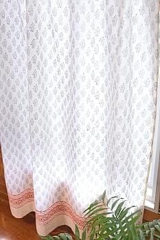インドとアジアの布のセール品:[サマーセール第三弾!]〔100cm×200cm〕インドの木版染め 手作りウッドブロックプリントのサフェードカーテン - 紺系 花柄