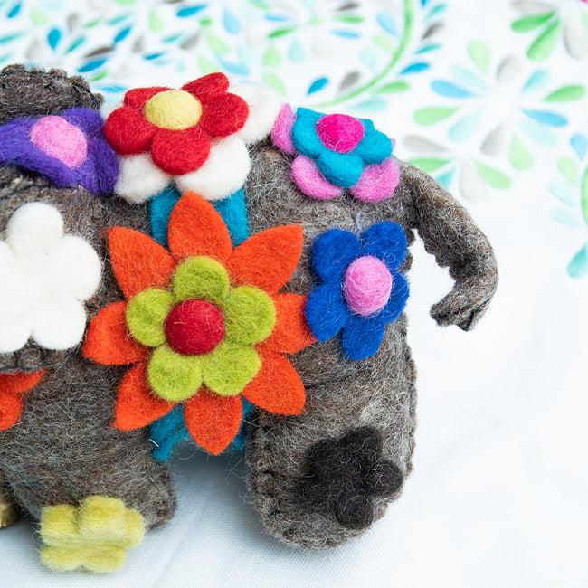 手作りフェルトのニヒルなゾウさん - グレー 3 - 背中にはカラフルなお花