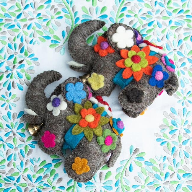 手作りフェルトのニヒルなゾウさん - グレー 7 - 耳の裏にもお花があります