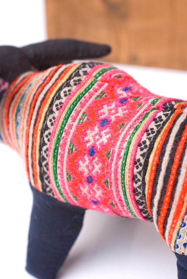 モン族の手作りぬいぐるみ - 水牛 4 - 細かな刺繍をたっぷり用いています。