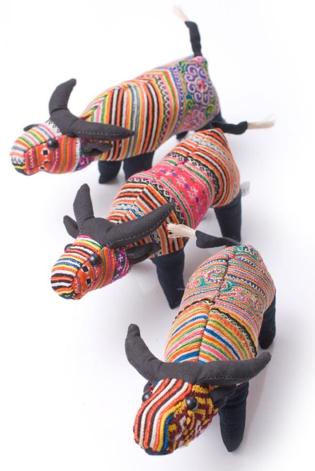 モン族の手作りぬいぐるみ - 水牛 8 - 一個一個デザインが異なっていて、個性が際立っています。アソートでのお届けとなります。