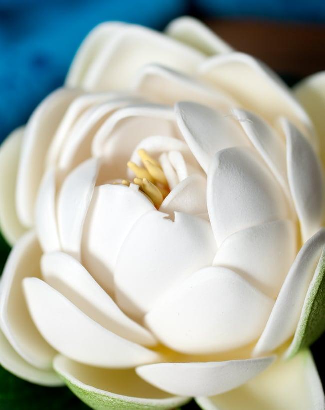 〔約9.5cm〕水に浮かぶ 睡蓮の造花 フローティングロータス - ホワイト 2 - 拡大写真です。なかなかリアルな作りをしています。