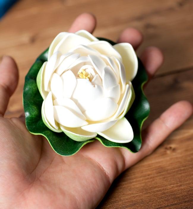 〔約9.5cm〕水に浮かぶ 睡蓮の造花 フローティングロータス - ホワイト 5 - このくらいのサイズ感になります