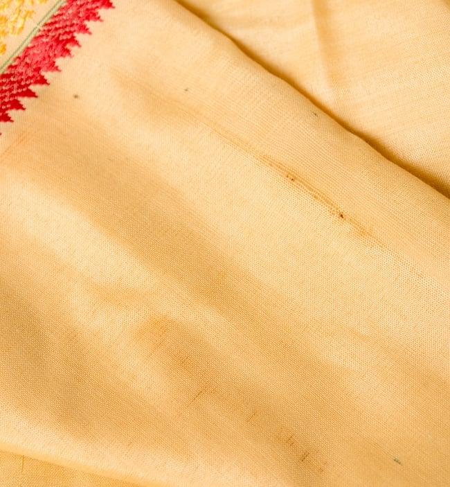 ドーティ・ドゥパッタセット - 赤の写真5 - このような小さなシミやほつれがある商品になります。インドから直接持ってきているためインドでは許容されるレベルのクオリティがままあります。(同商品の色違いのものになります)