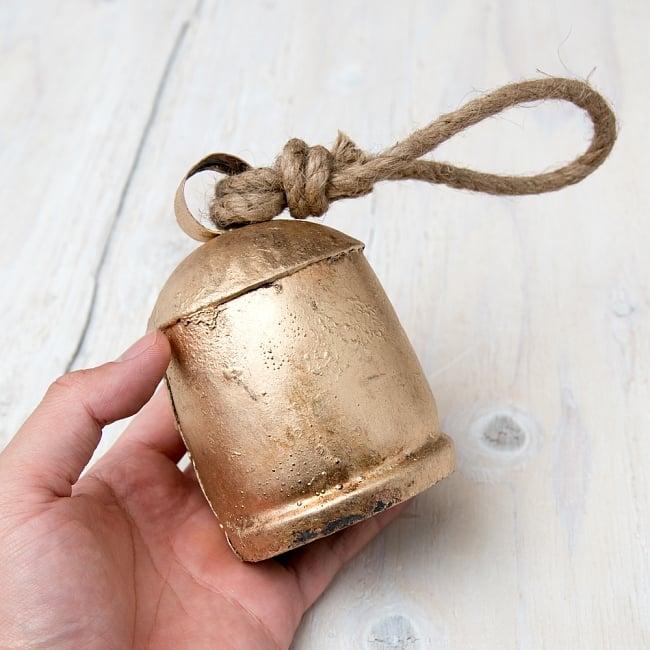 ドアチャイムなどへ!手作りのやさしい音色 インドの銅製カウベル-【7cm*10cm】 7 - このくらいのサイズ感になります