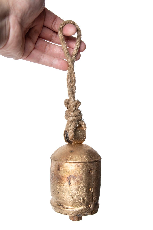 ドアチャイムなどへ!手作りのやさしい音色 インドの銅製カウベル-【7cm*12cm】 5 - 手に取るとこれくらいの大きさです。ドアベルなどにどうぞ。