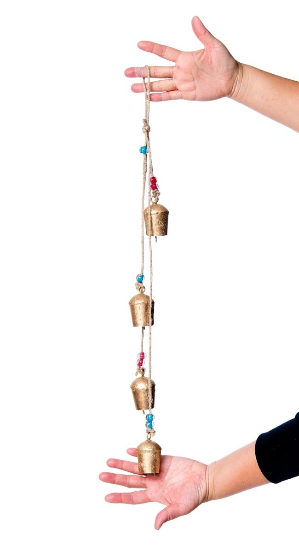 ドアチャイムなどへ!手作りのやさしい音色 インドの鉄製カウベル ハンギング - ゴールド4連ベル〔約60cm〕 2 - 全体写真です