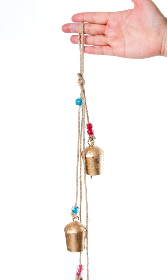 ドアチャイムなどへ!手作りのやさしい音色 インドの鉄製カウベル ハンギング - ゴールド4連ベル〔約60cm〕 3 - 拡大写真です