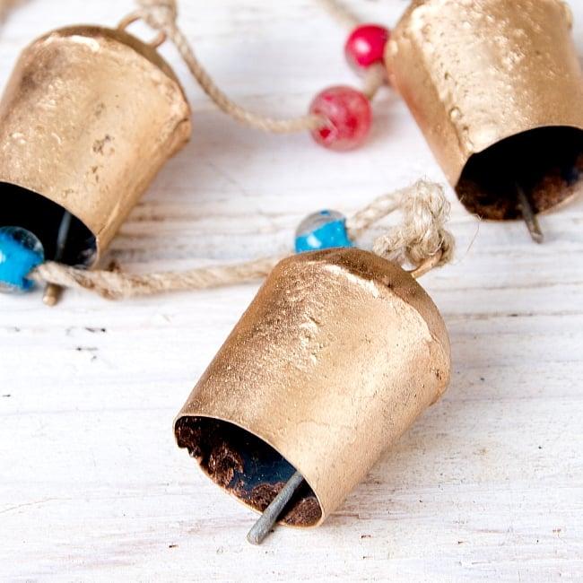 ドアチャイムなどへ!手作りのやさしい音色 インドの鉄製カウベル ハンギング - ゴールド4連ベル〔約60cm〕 4 - 昔ながらの製法で作られております