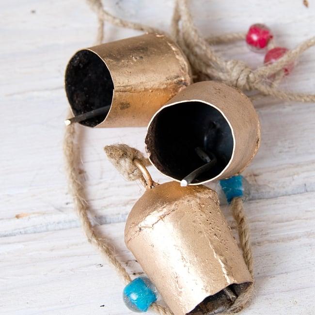 ドアチャイムなどへ!手作りのやさしい音色 インドの鉄製カウベル ハンギング - ゴールド4連ベル〔約60cm〕 6 - 底面の写真です