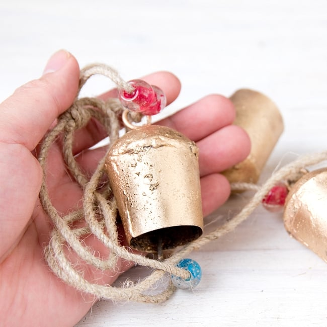 ドアチャイムなどへ!手作りのやさしい音色 インドの鉄製カウベル ハンギング - ゴールド4連ベル〔約60cm〕 8 - このくらいのサイズ感になります