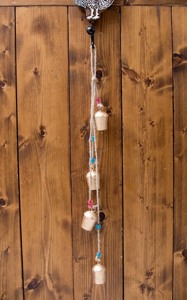ドアチャイムなどへ!手作りのやさしい音色 インドの鉄製カウベル ハンギング - ゴールド4連ベル〔約60cm〕 9 - 取り付け部があるので、ドアなど色々なところに引っ掛けるだけでご使用いただけます。