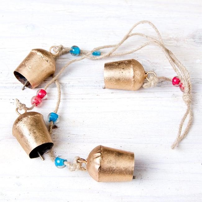 ドアチャイムなどへ!手作りのやさしい音色 インドの鉄製カウベル ハンギング - ゴールド4連ベル〔約60cm〕の写真