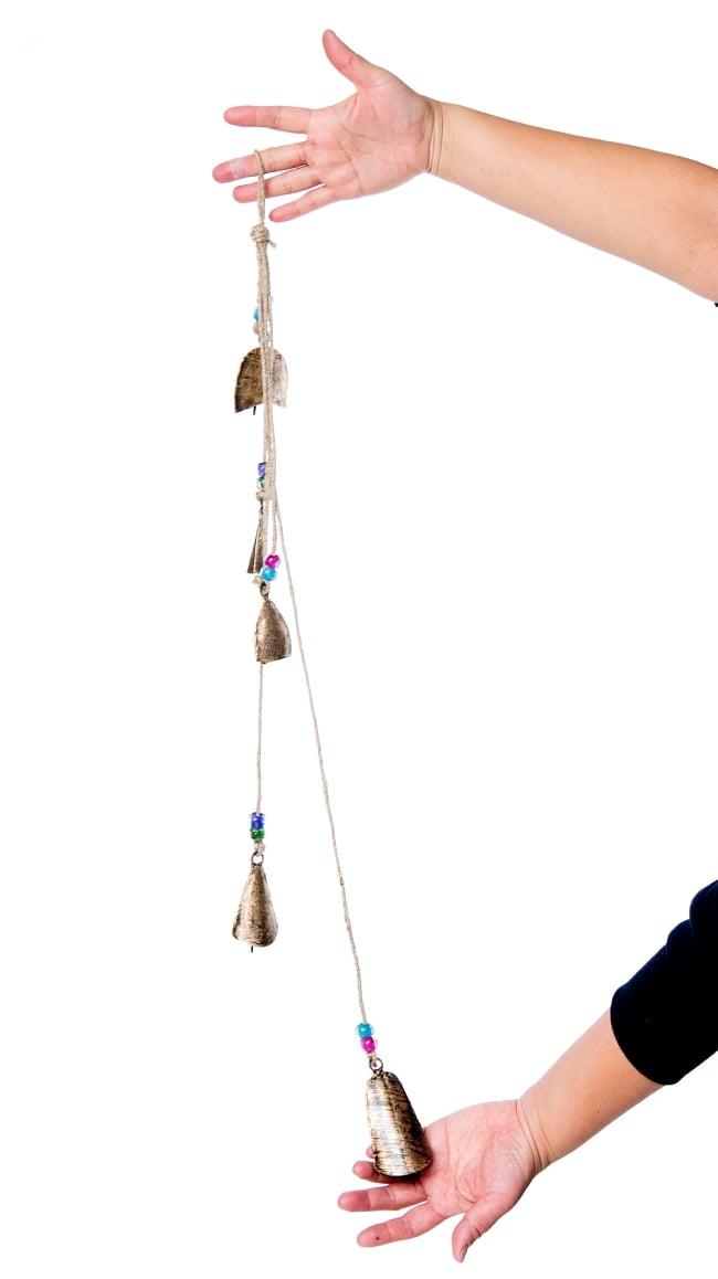 ドアチャイムなどへ!手作りのやさしい音色 インドの鉄製カウベル ハンギング - ゴールド5連貝風ベル〔約77cm〕 2 - 全体写真です
