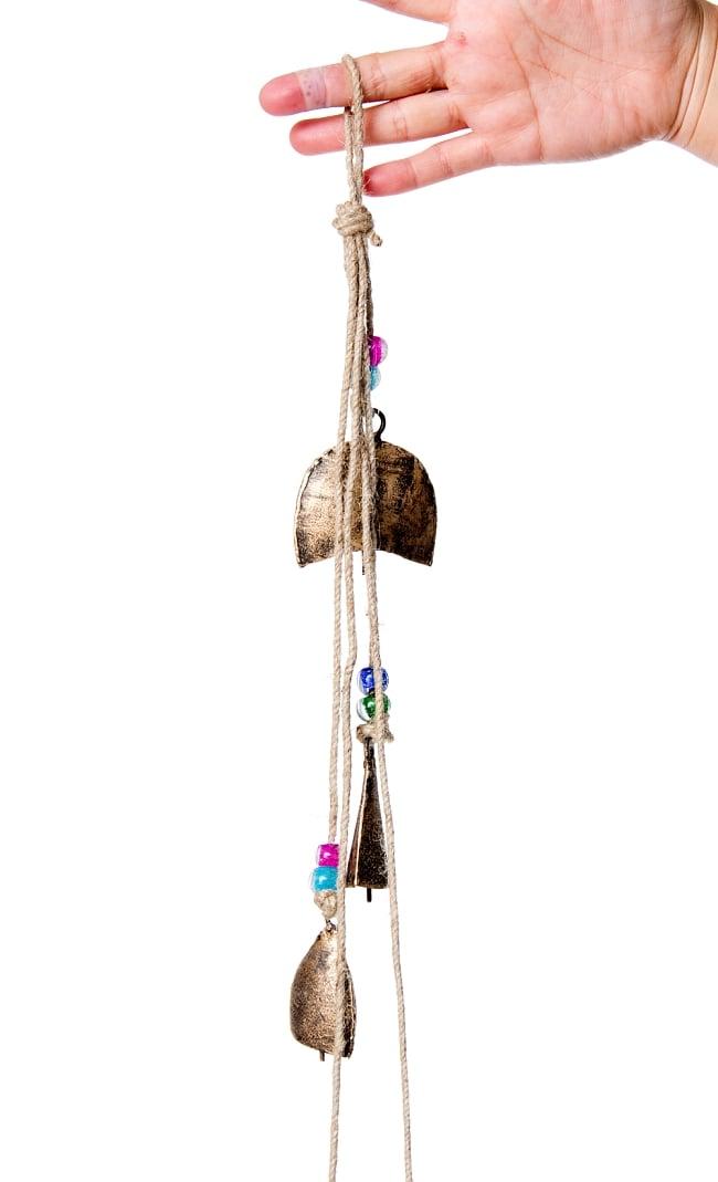 ドアチャイムなどへ!手作りのやさしい音色 インドの鉄製カウベル ハンギング - ゴールド5連貝風ベル〔約77cm〕 3 - 拡大写真です