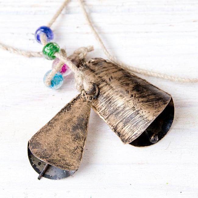 ドアチャイムなどへ!手作りのやさしい音色 インドの鉄製カウベル ハンギング - ゴールド5連貝風ベル〔約77cm〕 4 - 昔ながらの製法で作られております