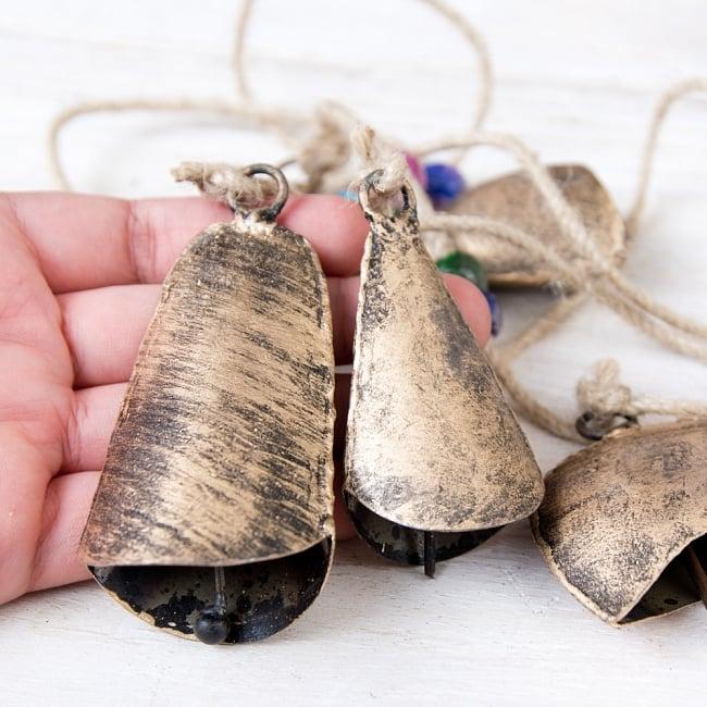 ドアチャイムなどへ!手作りのやさしい音色 インドの鉄製カウベル ハンギング - ゴールド5連貝風ベル〔約77cm〕 8 - このくらいのサイズ感になります