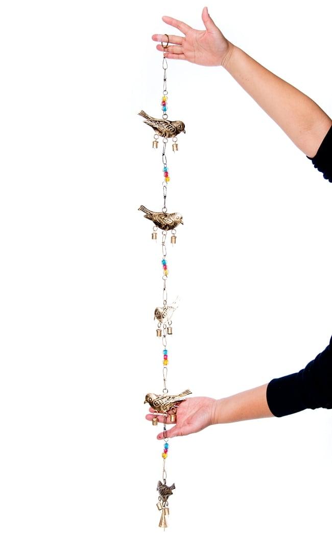 手作りのやさしい音色 インドの鉄製ベル付きハンギング - ゴールド鳥さん〔約105cm〕 2 - 全体写真です