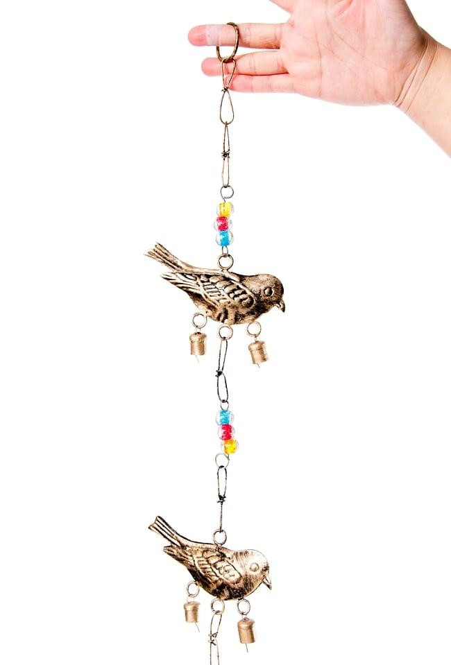 手作りのやさしい音色 インドの鉄製ベル付きハンギング - ゴールド鳥さん〔約105cm〕 3 - 拡大写真です
