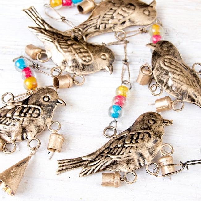 手作りのやさしい音色 インドの鉄製ベル付きハンギング - ゴールド鳥さん〔約105cm〕 4 - 昔ながらの製法で作られております