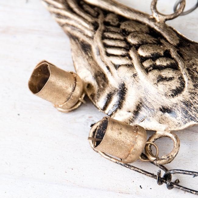 手作りのやさしい音色 インドの鉄製ベル付きハンギング - ゴールド鳥さん〔約105cm〕 6 - ベルがついています