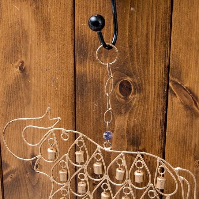 ドアチャイムなどへ!手作りのやさしい音色 インドの鉄製ベル付きハンギング - 鈴なり象さん〔約40cm〕 9 - 取り付け部があるので、ドアなど色々なところに引っ掛けるだけでご使用いただけます。