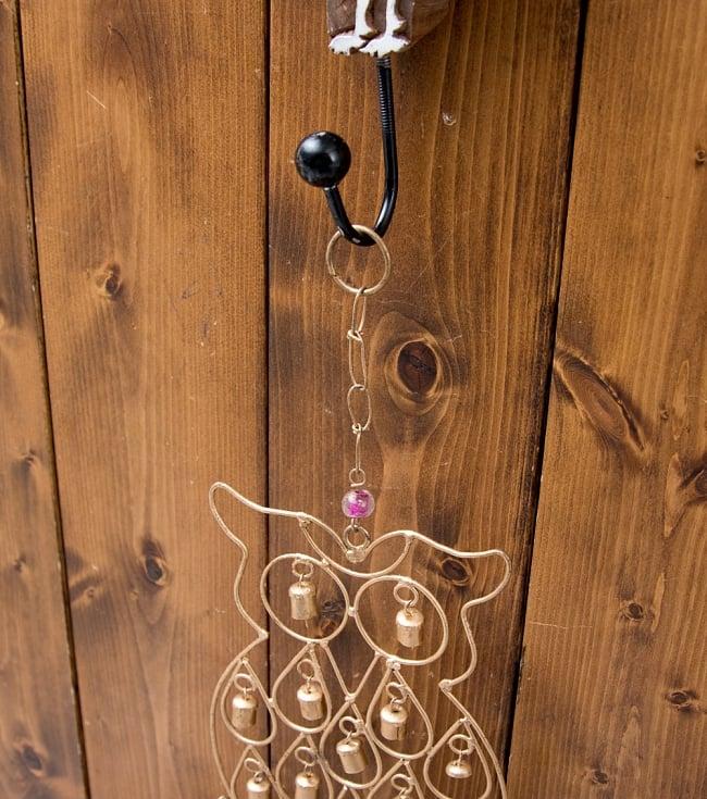 ドアチャイムなどへ!手作りのやさしい音色 インドの銅製ベル付きハンギング - 鈴なりフクロウさん〔約53cm〕 9 - 取り付け部があるので、ドアなど色々なところに引っ掛けるだけでご使用いただけます。
