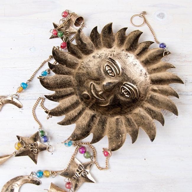ドアチャイムなどへ!手作りのやさしい音色 インドの銅製ベル付きハンギング - 天体スーリャ〔約80cm〕 7 - 裏面の写真です