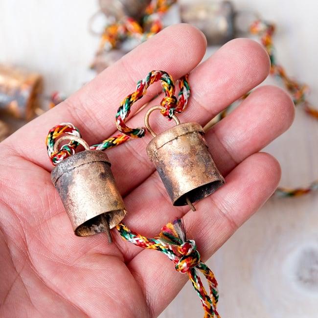 ドアチャイムなどへ!手作りのやさしい音色 インドの銅製カウベル-【2cm*1.8cm*120cm】 8 - このくらいのサイズ感になります