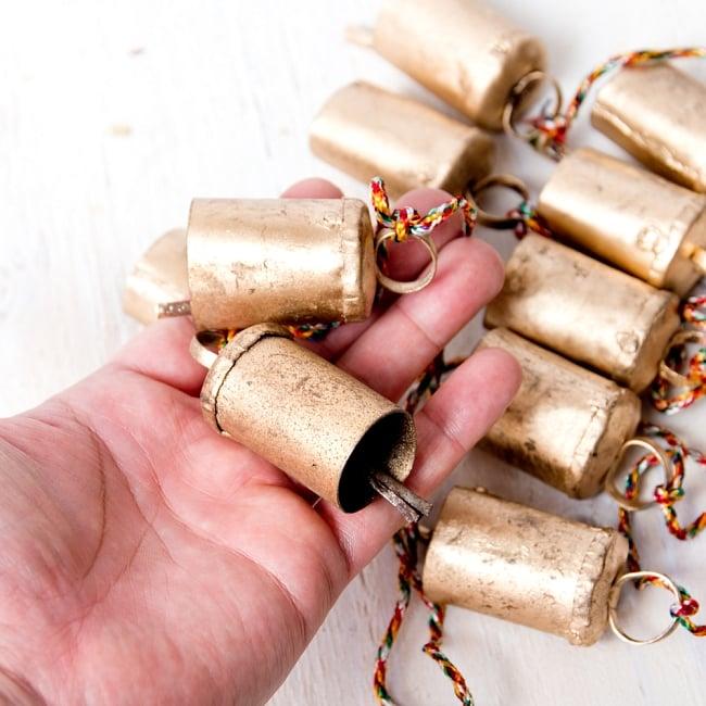 ドアチャイムなどへ!手作りのやさしい音色 インドの銅製カウベル-【4.5cm*3cm*120cm】 7 - このくらいのサイズ感になります