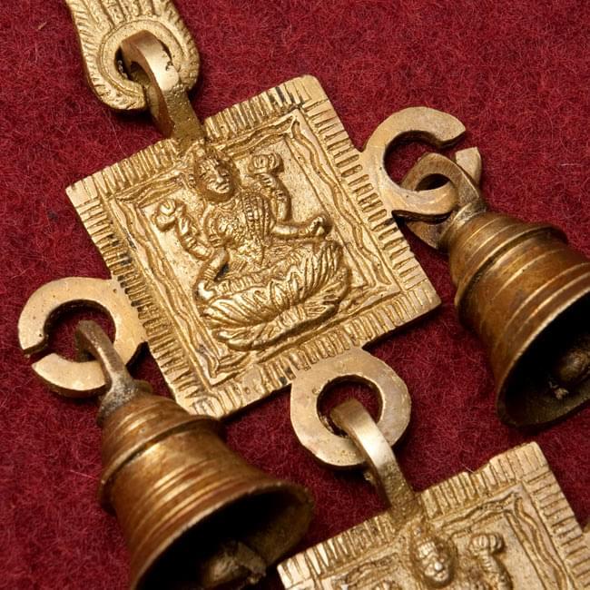 インドの神様ベル【2段】の写真3 - レリーフのアップです。こちらは【選択A:ラクシュミ】になります。