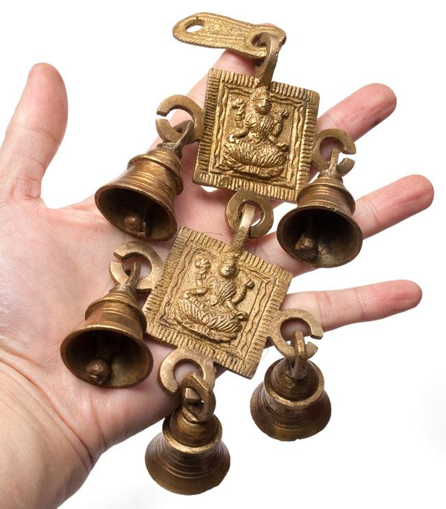 インドの神様ベル【2段】の写真6 - サイズ比較のために手に持ってみました