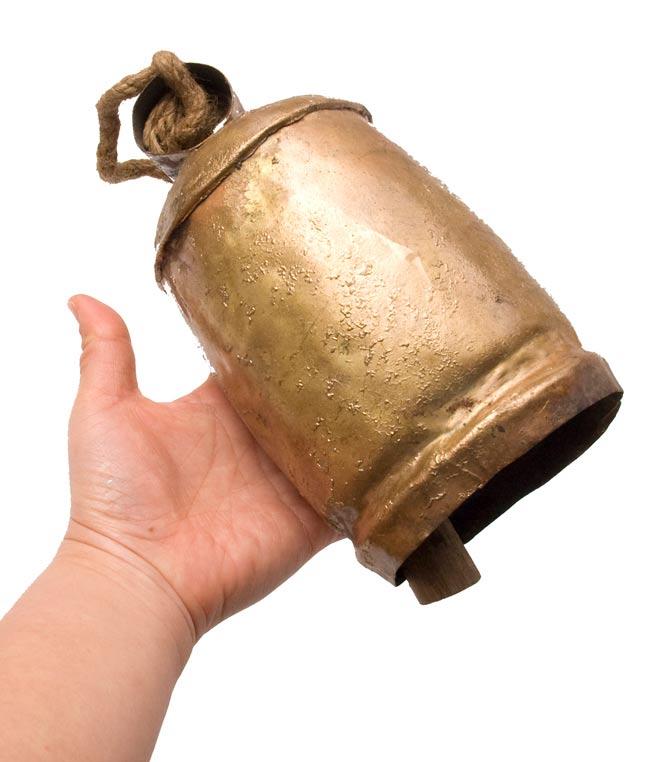 ドアチャイムなどへ!手作りのやさしい音色 インドの銅製カウベル-【10cm*19cm】 4 - 手に持ってみるとこのくらいのサイズです。