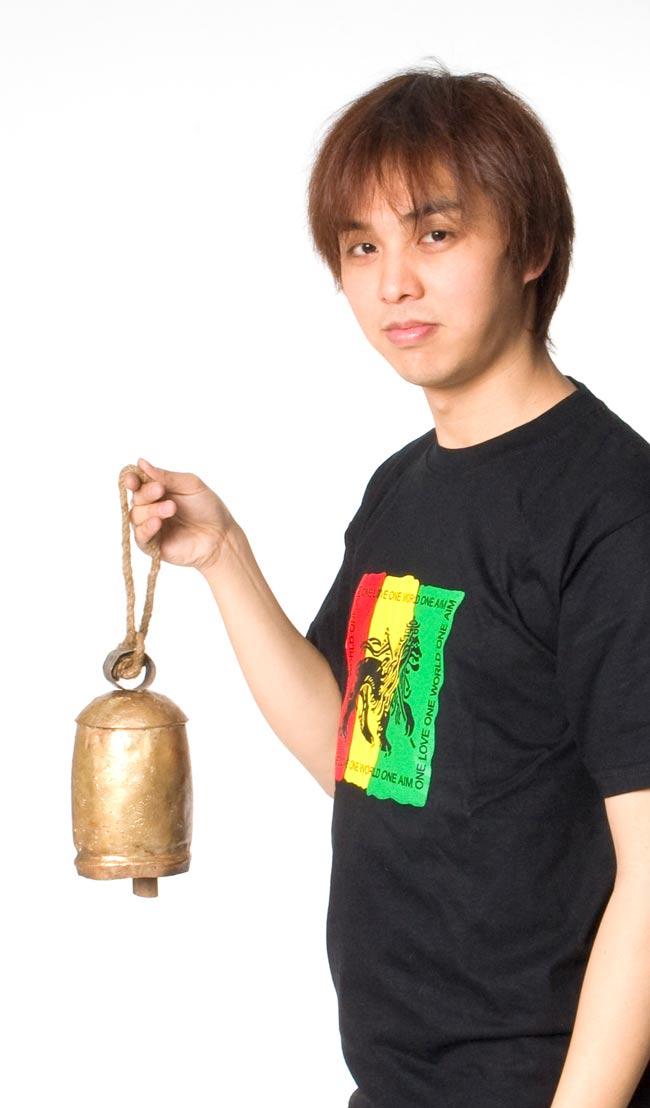 ドアチャイムなどへ!手作りのやさしい音色 インドの銅製カウベル-【10cm*19cm】 5 - スタッフが持ってみました。サイズが分かりますね。