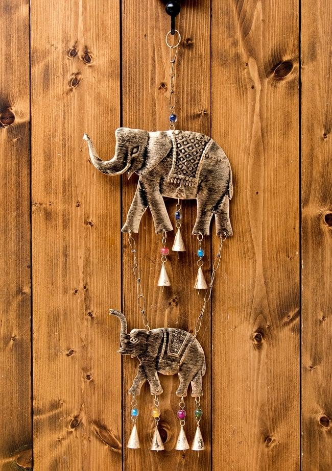 ドアチャイムなどへ!手作りのやさしい音色 インドの鉄製ハンギング - ぞう2連ゴールド〔約60cm〕 7 - 使用例です