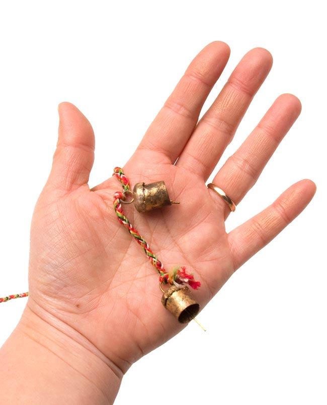 インドの銅製カウベル-【1cm*1.5cm】の写真5 - 手に持ってみるとこのくらいのサイズです。