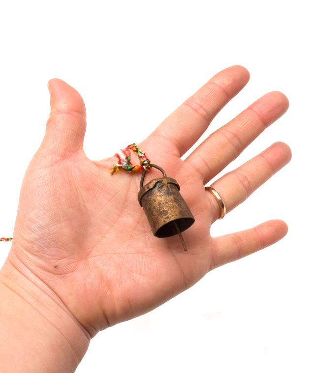 インドの銅製カウベル-【3cm*2cm*110cm】の写真5 - 手に持ってみるとこのくらいのサイズです。