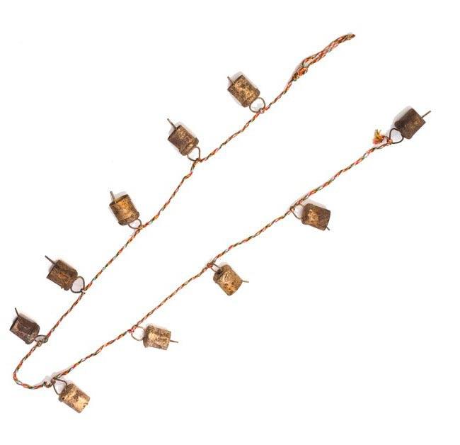 ドアチャイムなどへ!手作りのやさしい音色 インドの銅製カウベル-【5cm*3.5cm*120cm】 4 - 半分にして全体を見てみました。