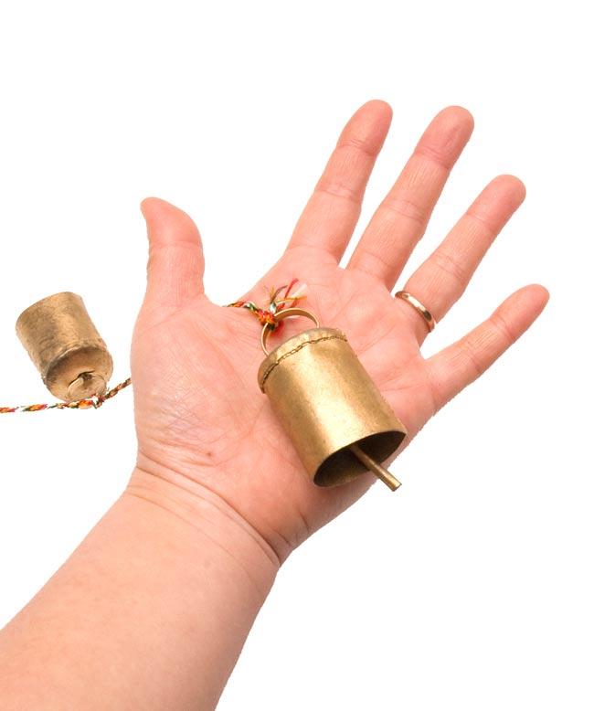 ドアチャイムなどへ!手作りのやさしい音色 インドの銅製カウベル-【5cm*3.5cm*120cm】 5 - 手に持ってみるとこのくらいのサイズです。