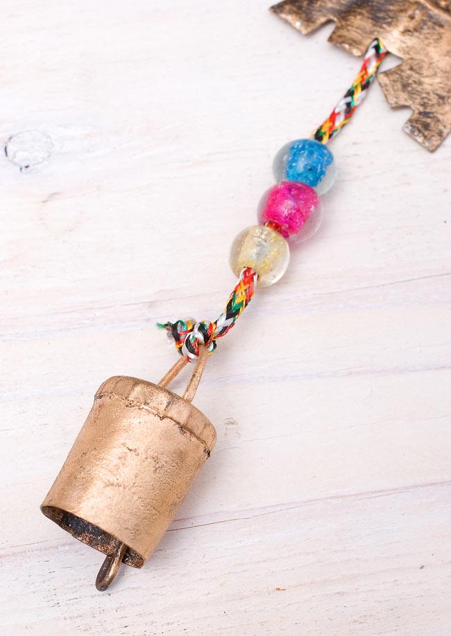 インドの銅製ハンギング-連なりゾウさんの写真3 - 一方の先端(下側)には鈴がついていて、からころとかわいい音がなります。