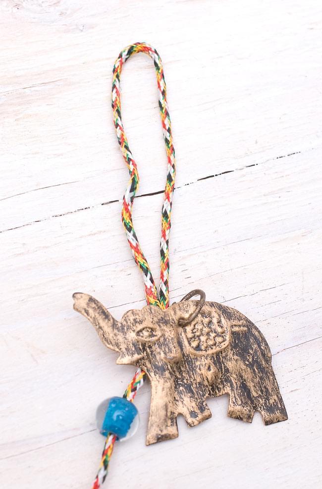 インドの銅製ハンギング-連なりゾウさんの写真4 - 他方の先端(上部)は輪っかになっていて、色々なところに引っ掛けられるようになっています。