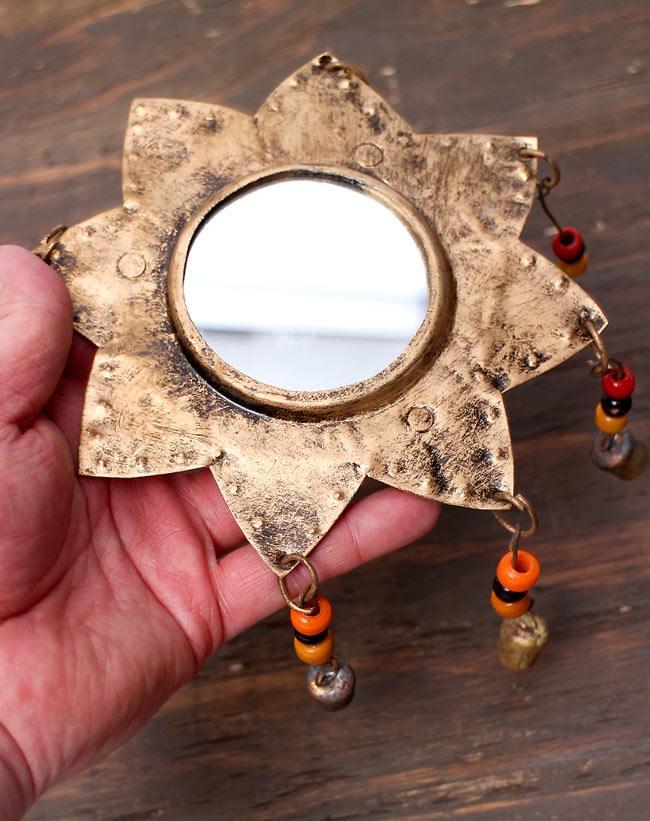 インドの銅製ミラーハンギング-太陽の写真2 - 手にとってみました。自然な風合いが素朴ですね。