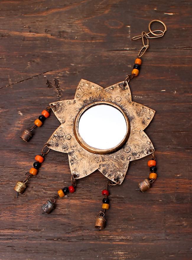 インドの銅製ミラーハンギング-太陽の写真