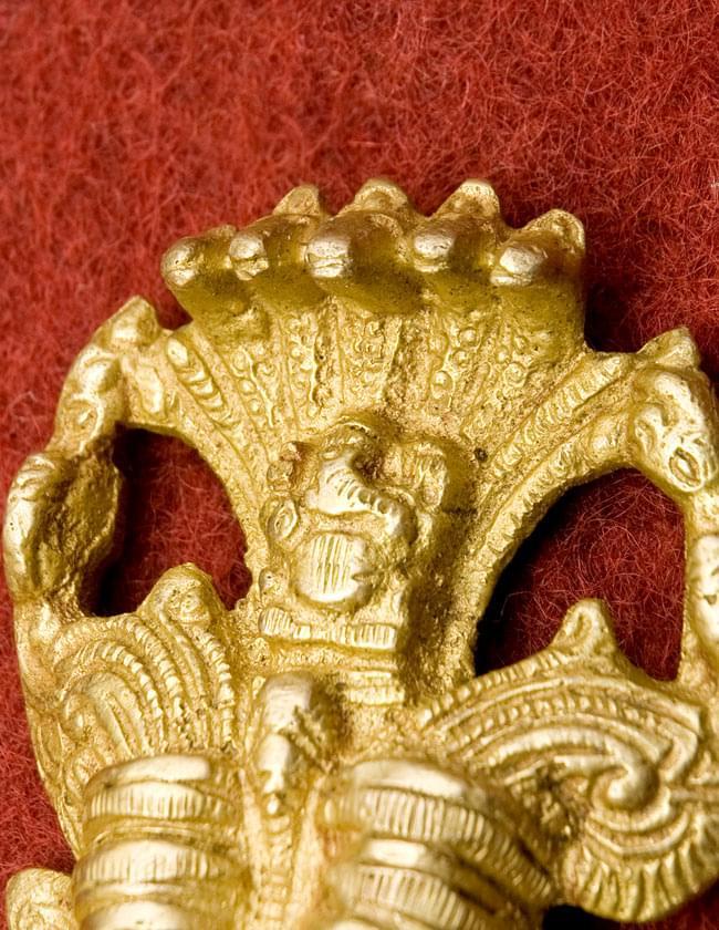 インドの神様ベル -Yali Faceの写真3 - 上部にはナーガが装飾されています。