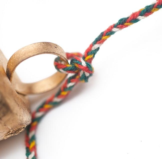 ドアチャイムなどへ!手作りのやさしい音色 インドの銅製カウベル-【3cm*2cm*100cm】 5 - カラフルな紐で結ばれています。