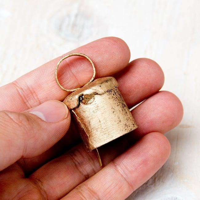 【3個セット】手作りのやさしい音色 インドの銅製ベル-【2cm*2.5cm】 5 - このくらいのサイズ感になります