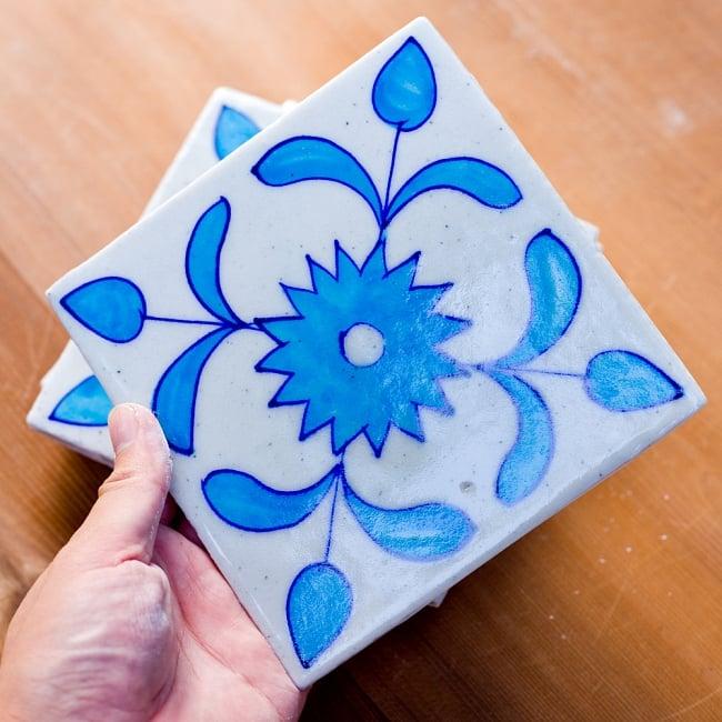 〔15cm×15cm〕ブルーポッタリー ジャイプール陶器の正方形デコレーションタイル - 唐草水色の写真6 - 大きさ比較の為、手にとってみました。