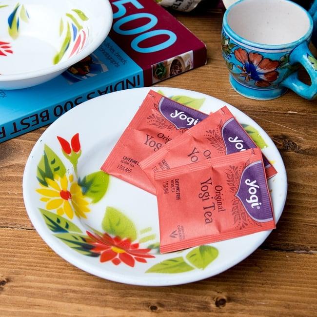 タイのレトロホーロー 花柄飾り皿 RABBIT BRAND〔約18cm×約2.7cm〕 7 - こにような使用感になります。小物入れなどへオススメ。昔ながらの製法で作られている為、食器向けの品質で作られておりません。飾り皿としてご使用ください。